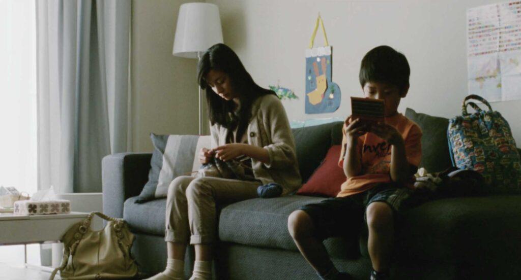 一人でゲームしてる《家族B》長男と編み物する《家族A》母親