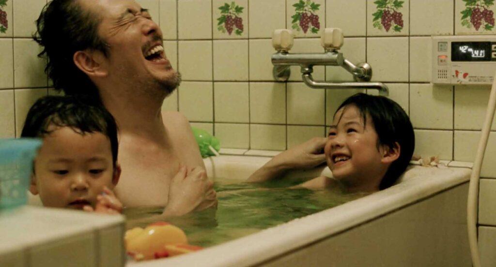 パパと子供たちとみんなで一緒にお風呂に入る《家族B》と《家族A》長男