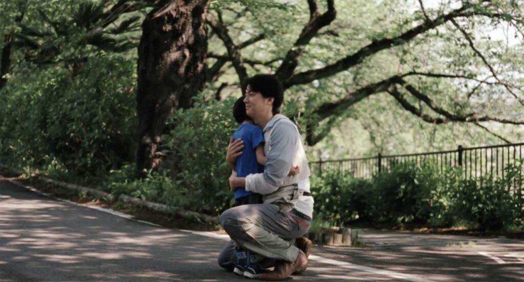 息子を抱きしめる《家族A》父親