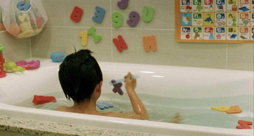 お風呂場の知育おもちゃで箸の持ち方を一人練習する《家族B》長男