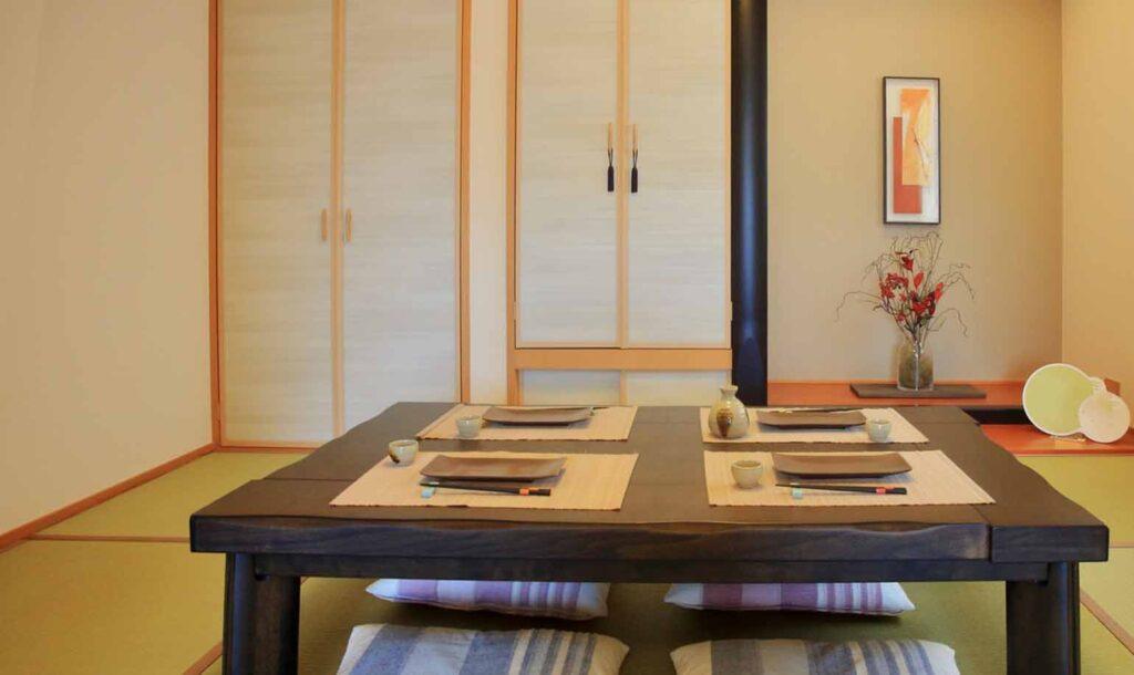 食事の準備がされた和室