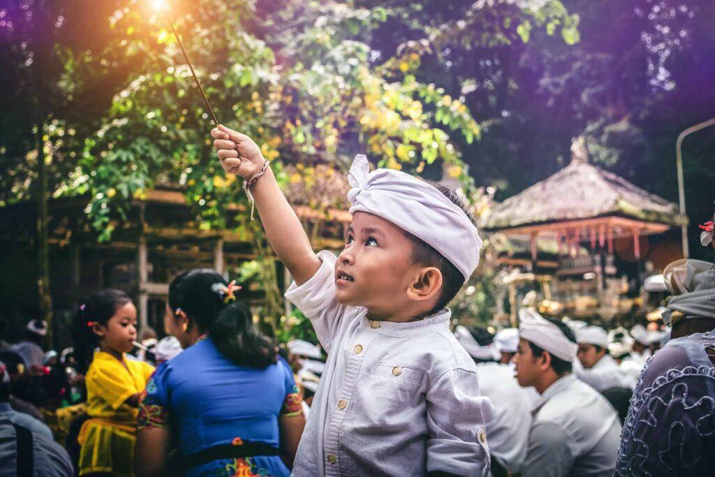 祭りに参加するインドネシアの子供