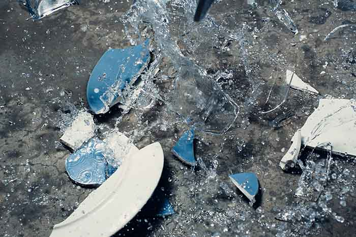 床に叩きつけられて割れた皿