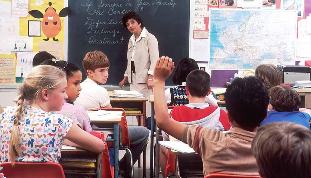 手をあげる生徒を見つめる小学校の授業中