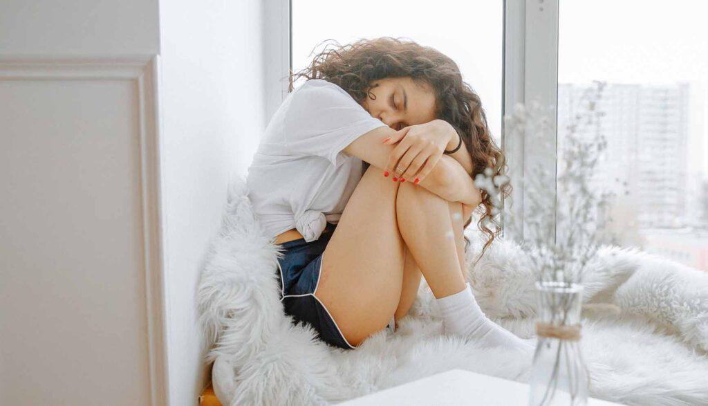 膝を抱えて目を瞑る少女