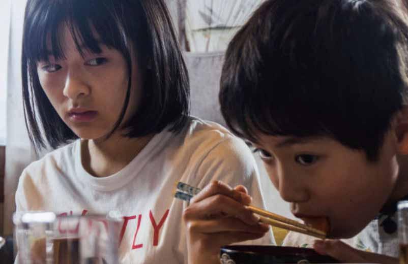 お味噌汁を食べる弟を横目で見る姉(森七菜さん)