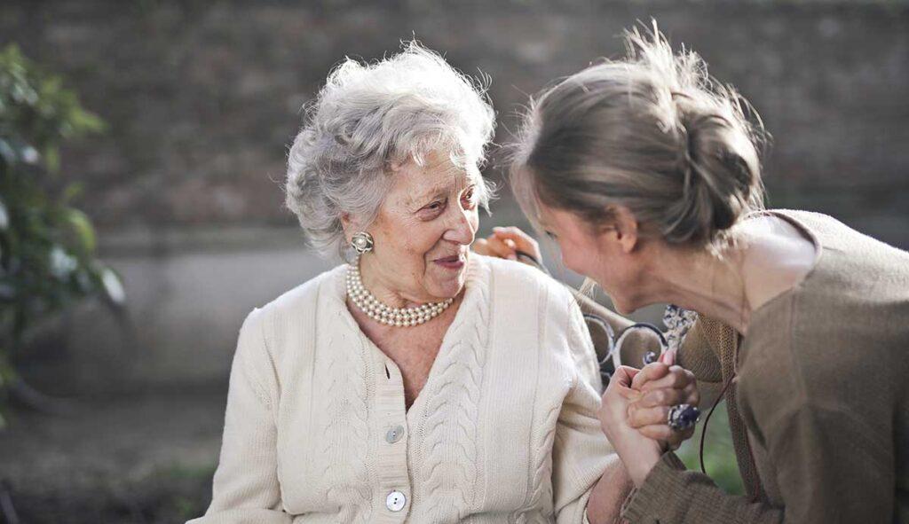笑顔の祖母と寄り添う女性