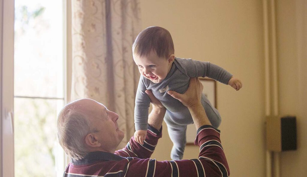 赤ちゃんを「高い高い」するおじいちゃん