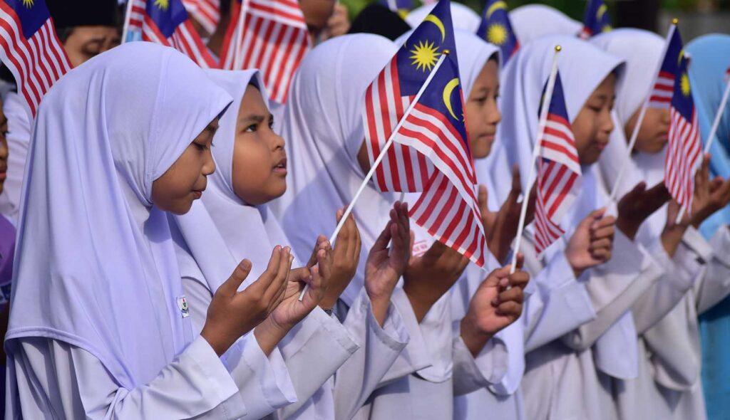 マレーシア国旗を振る少女たち