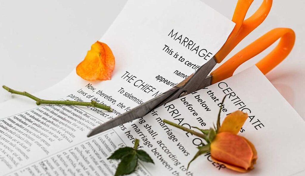 結婚証明書をハサミで切断
