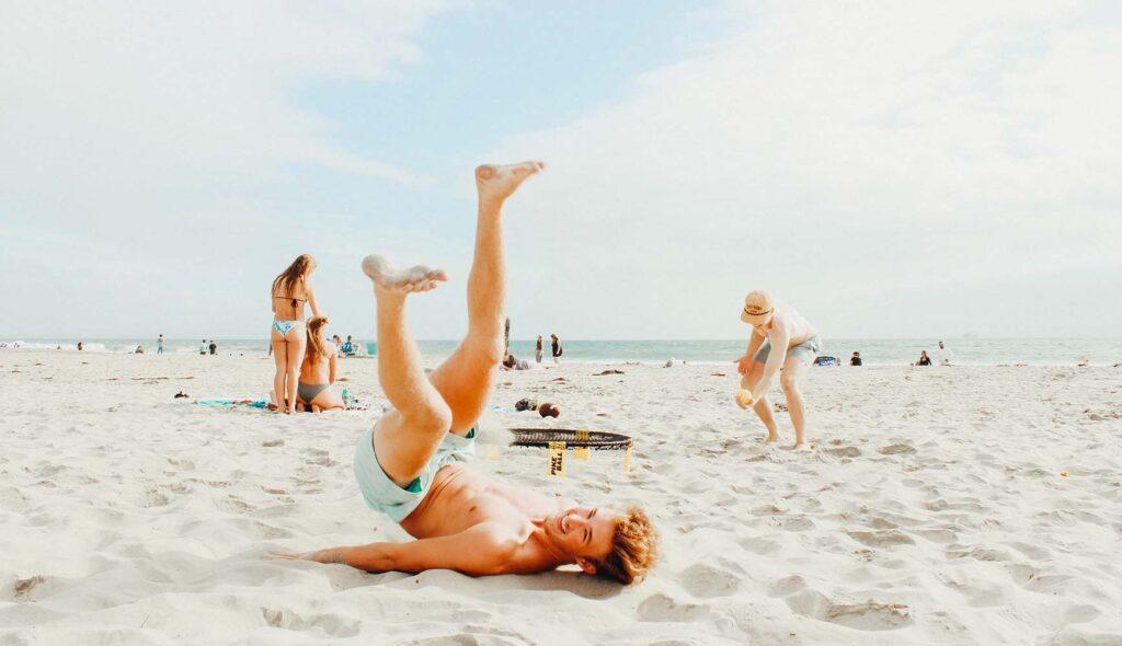 砂浜で遊ぶ少年少女
