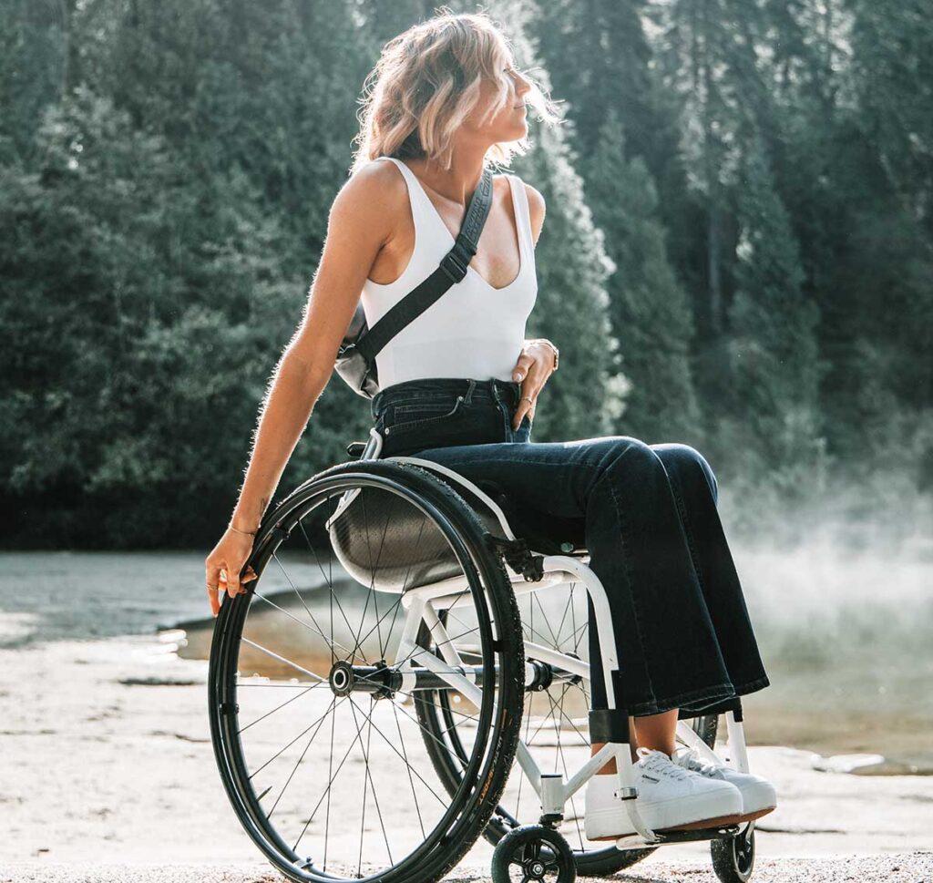 車椅子に乗って森林浴する美しい女性