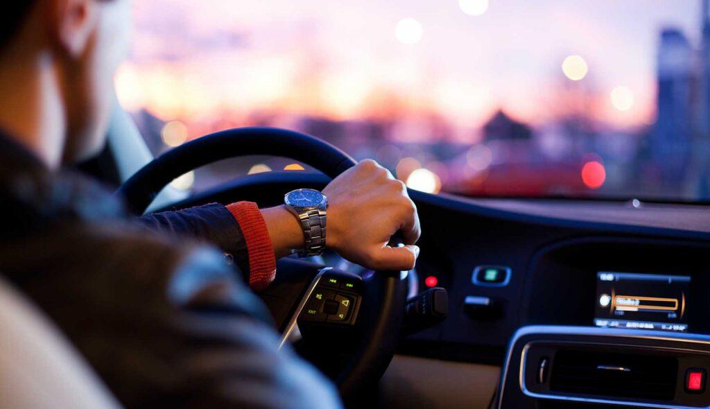 運転席でハンドルを握る男性