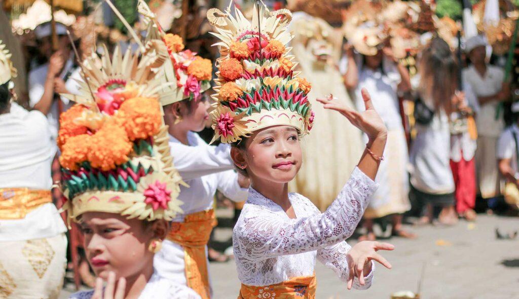 インドネシアのお祭りで踊る少女